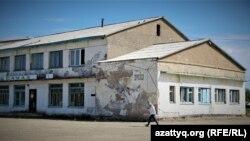 Здание бывшего торгового дома в селе Оразак. Акмолинская область, 11 июня 2021 года