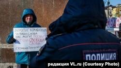 Сөз эркиндигин коргоого багытталган Владивостоктогу пикет. 2021-жылдын 9-январы.