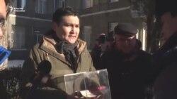 Активист журналисттер үчүн акча чогултту