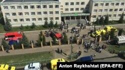 Сотрудники правоохранительных органов и скорая помощь на месте стрельбы в школе № 175 в Казани, столице республики Татарстан, 11 мая 2021 года