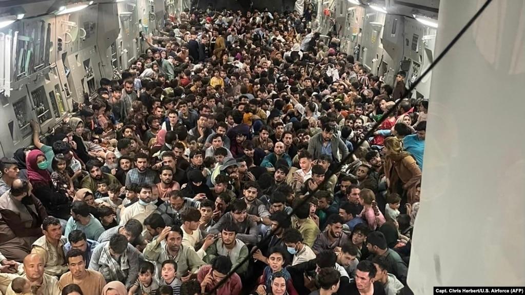 Avion američkih vojnih snaga evakuiše ljude iz Avganistana na letu iz Kabula za Katar nakon pada Kabula u ruke talibana, avgust 2021.