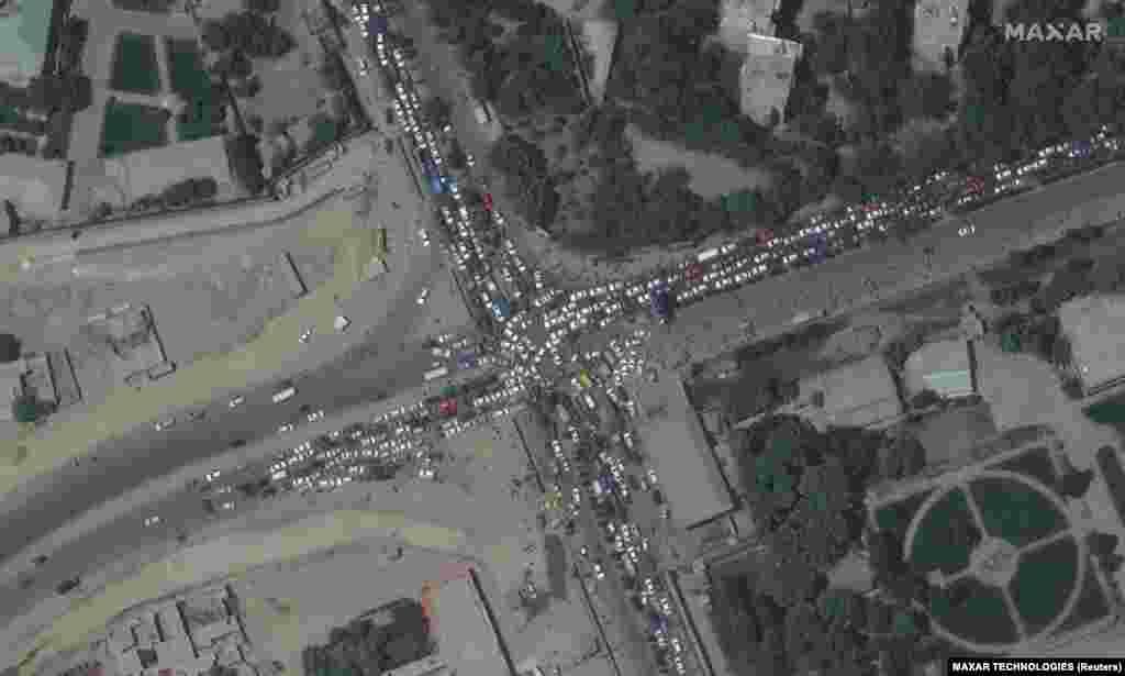На тази снимка се виждат тълпи от хора и задръстване по пътищата в района на летището в Кабул.
