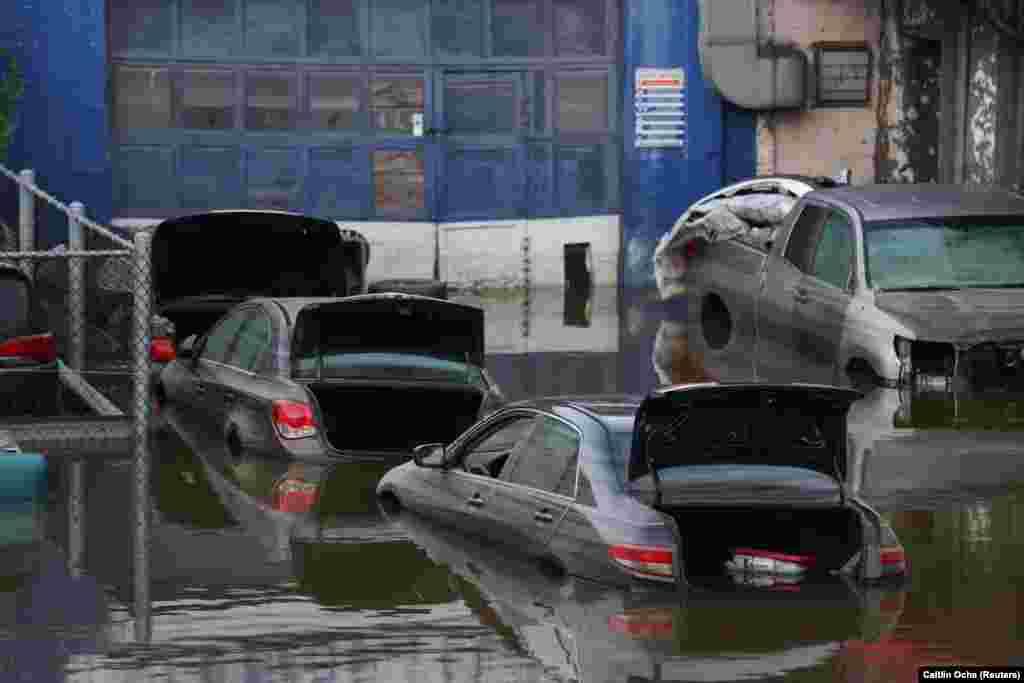 Elhagyott autók egy elöntött bronxi utcán
