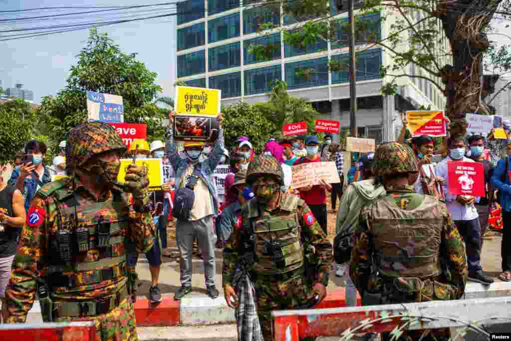 Солдати стоять біля будівлі Центрального банку М'янми під час акції протесту проти військового перевороту. Янгон, М'янма, 15 лютого 2021 року