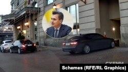 Журналісти також зафіксували, як на великій швидкості на паркінг заїхало BMW, що належить чоловіку Єлизавети Юрушевої – Олександру Скічку