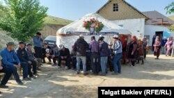 Похороны одного из погибших в приграничном конфликте кыргызстанцев. Баткенская область, 1 мая 2021 года.