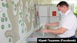 Голова російського уряду Криму Юрій Гоцанюк голосує за поправки до Конституції Росії в Сімферополі, 25 червня 2020 року