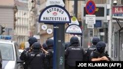 Rendőrök Bécsben egy buszmegálló előtt 2020. november 3-án, az osztrák főváros központjában elkövetett terrortámadás másnapján.