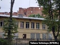 Здание детского сада на улице Лизы Чайкиной, сзади - дом Басевича