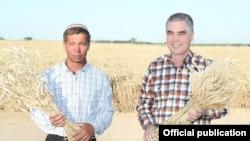 Президент Туркменистана Гурбангулы Бердымухамедов c фермером