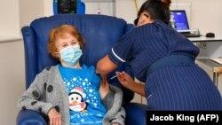 Пенсионерке делают укол вакциной Pfizer/BioNtech, Англия, 8 декабря 2020 года