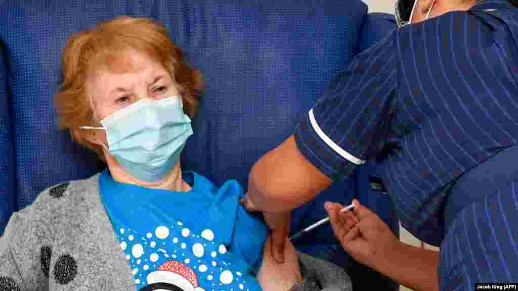 МАКЕДОНИЈА / ВЕЛИКА БРИТАНИЈА - Министерството за здравство може да отпочнe директни преговори за набавка на вакцина од компанијата Фајзер, која произведува вакцина против ковид-19, рече министерот за здравство Венко Филипче. ДенескаМаргарет Кинан, 90-годишна жена од Велика Британија, беше е прва личност во светот што ја прими вакцината против новиот коронавирус на компанијата Фајзер и БиоНтек. Британија од денеска почна со вакцинирање против коронавирусот.