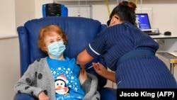 تطبیق واکسین ضد ویروس کرونا در بریتانیا آغاز شد