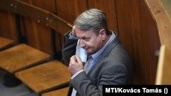Kovács Béla korábbi jobbikos EP-képviselő a Budapest Környéki Törvényszék tárgyalótermében 2020. szeptember 24-én. (MTI/Kovács Tamás)