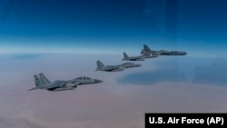 تصویری که وزارت دفاع آمریکا از پرواز بمبافکن استراتژیک ایالات متحده همراه با جنگندههای عربستان در روز چهارشنبه منتشر کرد.