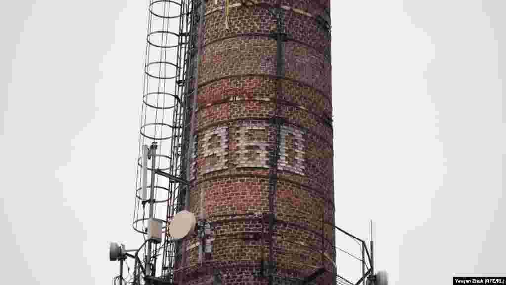 Вона зведена в 1960 році, зараз на трубі встановлені антени мобільного зв'язку