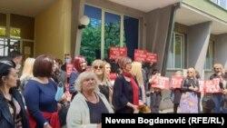 Poruke okupljenih u znak podrške Mariniki Tepić ispred stanice policije u Jagodini, 26. april
