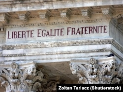 آزادی، برابری و برادری؛ شعار ملی فرانسه بر سر در ساختمانی در اوینیون