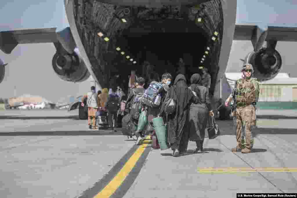 Афганцы пакідаюць радзіму цэлымі сем'ямі.