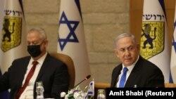 Премьер-министр Биньямин Нетаньяху (справа) и министр обороны Израиля Бени Ганц