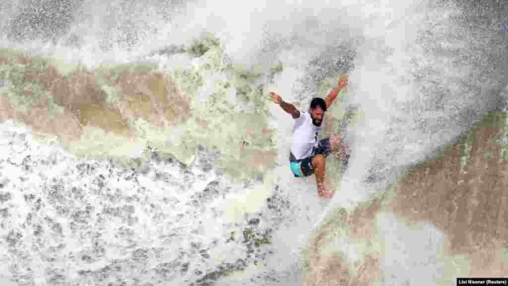 A szörfösöket is zsűri figyeli és pontozza. A hullámlovasok 20–35 percet töltenek egyszerre a vízen, ez idő alatt kell a lehető legtöbb hullámmal megküzdeniük. Bizonyára ők az egyetlenek, akik abban bíztak, hogy a játékok idején szeles idő lesz