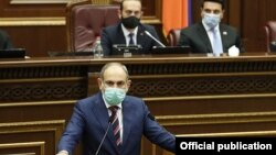 Премьер-министр Армении Никол Пашинян в парламенте, 27 сентября 2020 г.