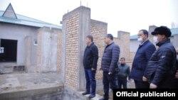Глава Наманганской области Шавкат Абдураззаков (крайний слева) в махалле «Бунёдкор», апрель 2021 года.