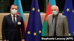 Cozep Borrell (sağda) və Azərbaycanın Xarici işlər naziri Ceyhun Bayramov, 18 dekabr, 2020-ci il