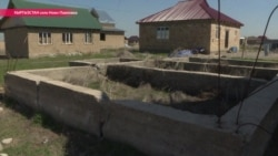 Погром в темноте: в Бишкеке под покровом ночи неизвестные на тракторе снесли три десятка частных домов