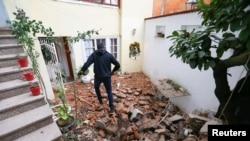 Мужчина идет по развалинам после землетрясения в Загребе, Хорватия, 29 декабря 2020 года.