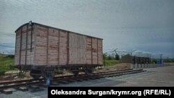 Мемориал в память о жертвах депортации на крымской станции Сюрень. Вагон символизирует депортацию крымскотатарского народа 18 мая 1944 года