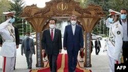 اسحاق جهانگیری (راست) در مراسم استقبال از نخستوزیر کره جنوبی
