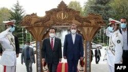 چانگ سای کِیون، نخستوزیر پیشین کره جنوبی، در کنار اسحاق جهانگیری (راست)