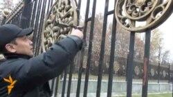 """Қирғиз журналистлари Оқ Уй олдида """"ўлик туғилган парламент учун аза"""" тутди"""