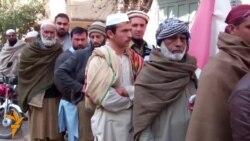 Pakistanezët duke pritur për të verifikuar kartelat e celularëve