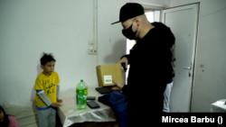 Bogdan Constantin, voluntarul care le-a adus micuților tabletele și laptopurile mult dorite