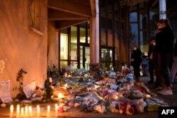 Цветы у школы, где был убит Самюэль Пати