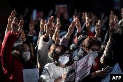 Протест напротив посольства Мьянмы в Токио, 7 февраля.