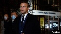 Президент Франції Емманюель Макрон на місці вбивства в передмісті Парижа