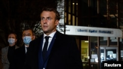 Президент Франции Эммануэль Макрон на месте убийства учителя в пригороде Парижа, 16 октября 2020 года.