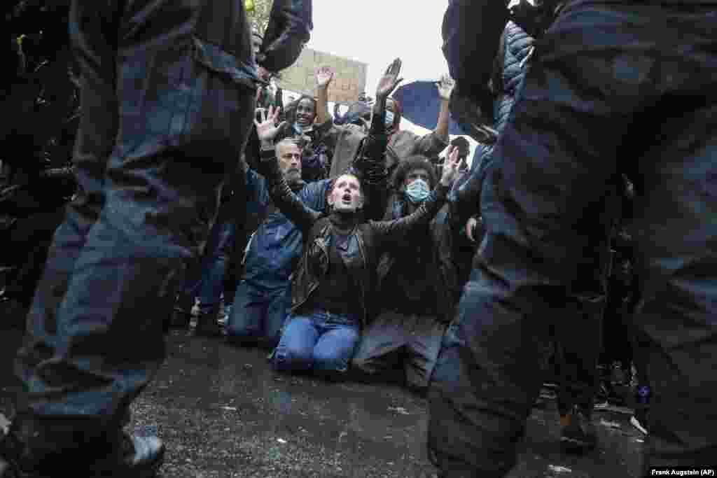 Демонстранти, опустившись на коліна, закликають поліцію не вдаватися до насилля. Після сутичок у Лондоні під час маршу Black Lives Matter. Велика Британія, 6 червня 2020 року