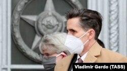 Барт Горман, заместитель главы дипломатической миссии США, покидает здание МИД России. Москва, 21 апреля 2021 года.