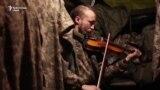 """""""Muzica îți duce mintea departe de război"""". Un violonist ucrainean cântă în tranșee"""