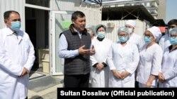 Қырғызстан президенті Садыр Жапаров медицина қызметкерлерімен сөйлесіп тұр. 15 сәуір 2021 жыл.
