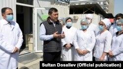 Садыр Жапаров с медиками. 15 апреля 2021 года