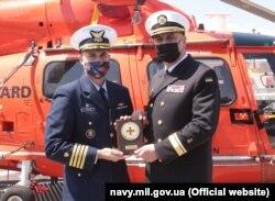 Командир USCGC Hamilton Тімоті Кронін (зліва) і командувач ВМС ЗСУ контр-адмірал Олексій Неїжпапа в порту Одеси. 10 травня 2021 року