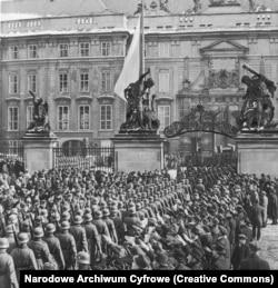Tömegek köszöntötték a náci csapatok bevonulását a prágai Várba 1939. márciusában