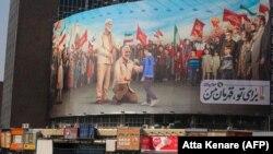 Óriásplakát Teheránban, amelyen a korábban megölt Kászim Szulejmáni látható a meggyilkolásának első évfordulóját megelőző napokban. 2020. december 30.