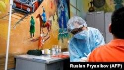 В пункте вакцинации в музее искусств в Алматы.