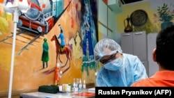 В пункте вакцинации, развернутом в музее искусств имени Кастеева. Алматы, 17 апреля 2021 года.